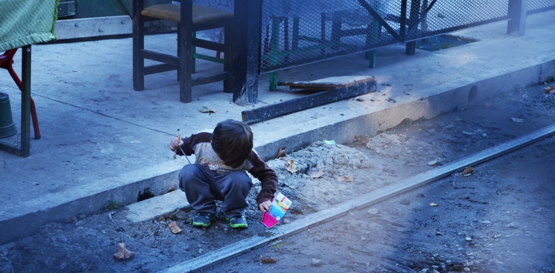 Enfant pauvre jouant sur des rails.