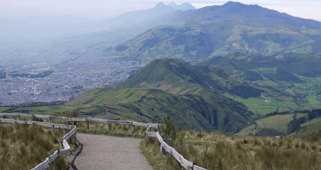 Chemin dans les volcans descendant vers la ville